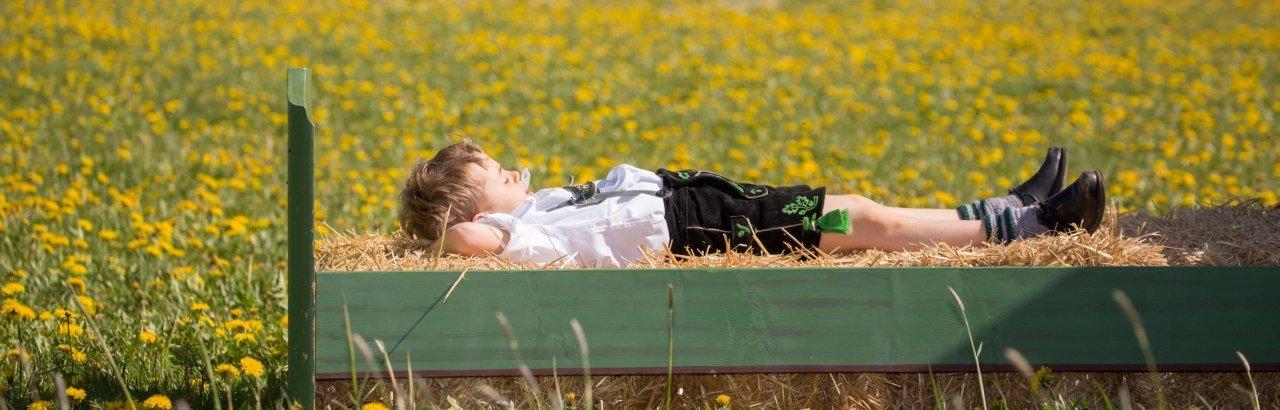 Junge auf Strohbett im Allgäu © Sabien Hartmann